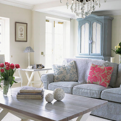 http://4.bp.blogspot.com/_cvQ0O6DvUyw/TDvtRSzOshI/AAAAAAAAGNc/6zeStEJY6gQ/s400/livingroom-blue-white-chic-idea-french-design.jpg