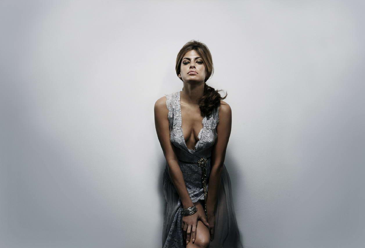 http://4.bp.blogspot.com/_cyH_7sPxVcQ/TLrhANXKNmI/AAAAAAAAGfU/_O2kjqg8H7w/s1600/Eva+Mendes+plunging+neckline+gown+photoshoot+%281%29.jpg