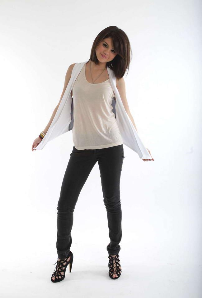 http://4.bp.blogspot.com/_cyH_7sPxVcQ/TP3stGPJYqI/AAAAAAAAHQo/w5btHHxq87U/s1600/Selena+Gomez+wears+pretty+white+tank+top+and+black+jeans+%25287%2529.jpg