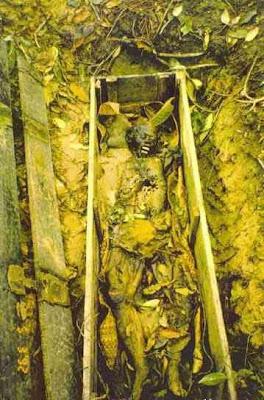 exh14 Foto Foto Penggalian Mayat Yang mengerikan