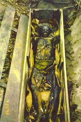 exh05 Foto Foto Penggalian Mayat Yang mengerikan