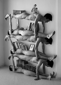 Gambar manusia menjadi rak susun tempat buku dan foto