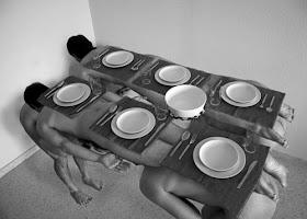 Gambar manusia menjadi meja makan