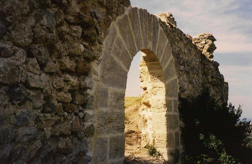 Porta de mig punt d'accés a la fortalesa de Bairén