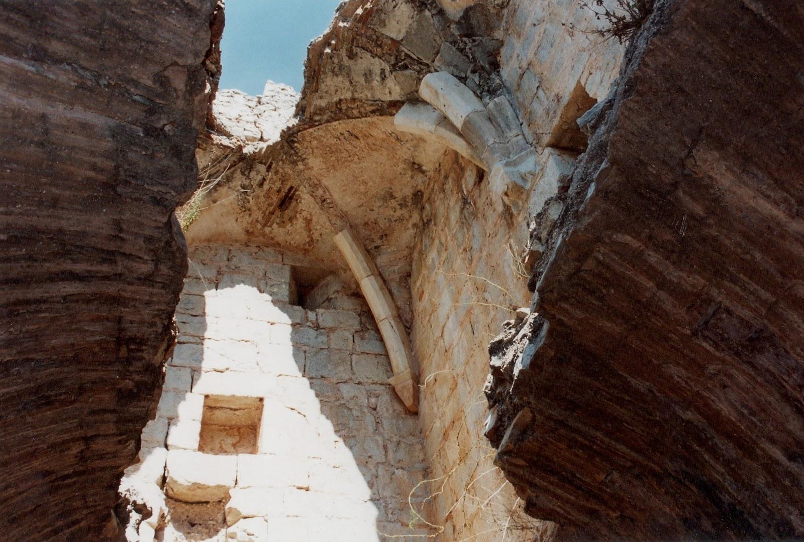 Capella del castell de la Reina Mora, on s'aprecien les restes del sostre amb arcs gòtics