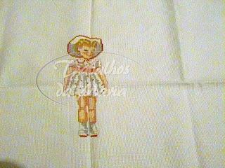 Menina de vestido branco em ponto cruz