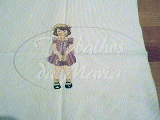 Menina de vestido  violeta em ponto cruz