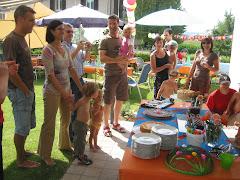 Kuchenbuffet mit Gästen und Hintergrund