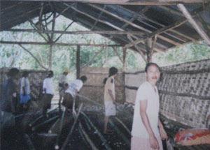 Di Sumba Barat, NTT para suami dengan senang hati menyediakan lahan dan tempat sebagai syarat kegiatan belajar para istri mereka.