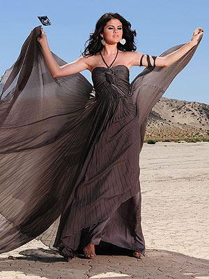 Selena Gómez dona su vestido en caridad