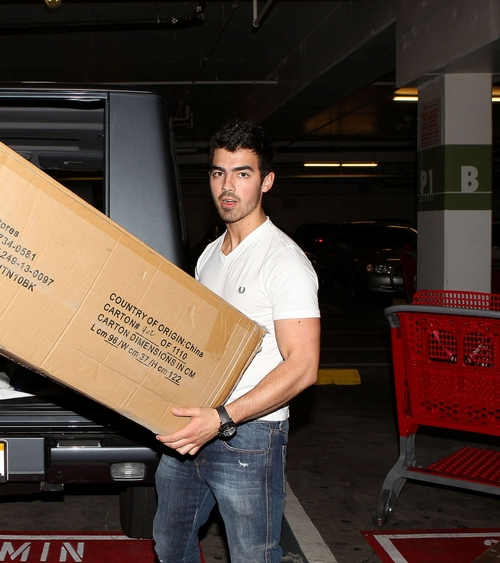 http://4.bp.blogspot.com/_dISkoprgqWc/TQAYYrDCBJI/AAAAAAAAEuQ/1IMPi4R--BU/s1600/joe+jonas+sofa+cama-007.jpg