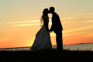 Muitas noivas têm optado por trocar as luzes e o brilho da noite pela  delicadeza de um casamento ao cair da tarde. A noivinha Dani, que se casou  no último ... 8a289ceea0