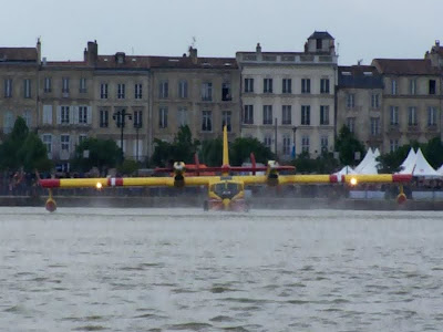 pidic encadrees bordeaux fete le ciel photo canadair