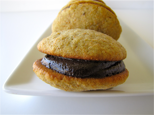 ... Und Backen Adventures: Banana Whoopie Pies with Chocolate Buttercream