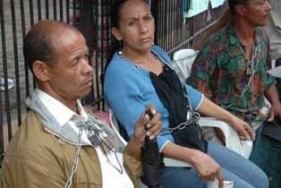 Damnificados exigen, encadenados y en huelga de hambre, viviendas