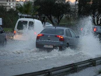 Lluvias provocan dificultades en el tránsito de la capital