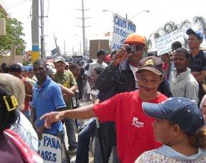 ¡PELIGRO! Policìa se hace pasar por periodista para infiltrarse entre manifestantes frente al ASDE; le hizo fotos y video a los lìderes de la protesta