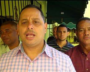 Julio Romero entrega canastas navideñas a nombre de Miguel Vargas