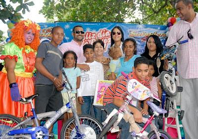 Deportista Alberto Tejeda entrega cientos de juguetes con motivo del Día de los Reyes Magos.