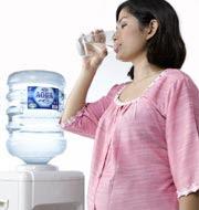 wanita hamil sedang minum