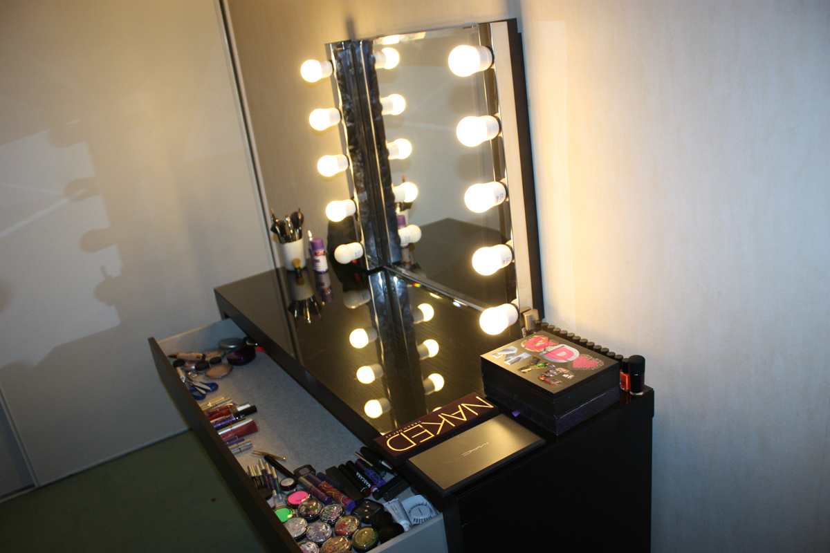Mon boudoir makeup version 1 the girls next door for Miroir pour coiffeuse ikea