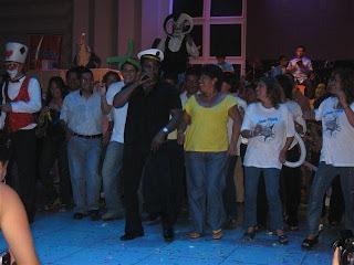 cantante guajaja guiando el baile