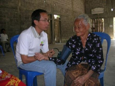 Dr. Iwan is examining an old lady in Taji Village. The doctor also conducted health consultation during the medical service. - Dejavato Indonesia