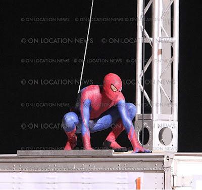 spidermantrajemasdetalle 2 - Spidy trepandose como solo el lo sabe hacer.