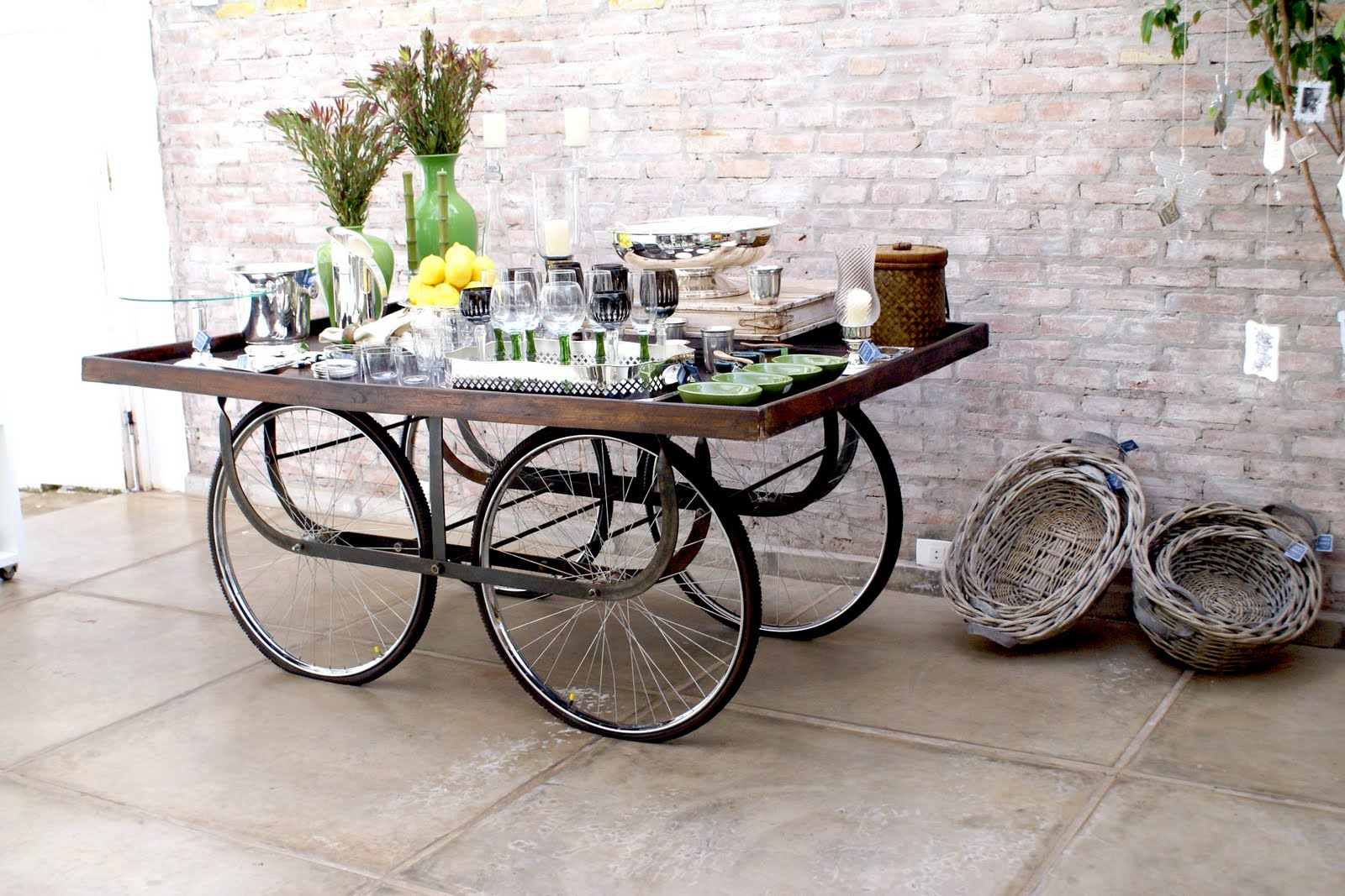 Vários modelos de mesa podem ser feitos com rodas de bicicleta. #628348 1600x1067