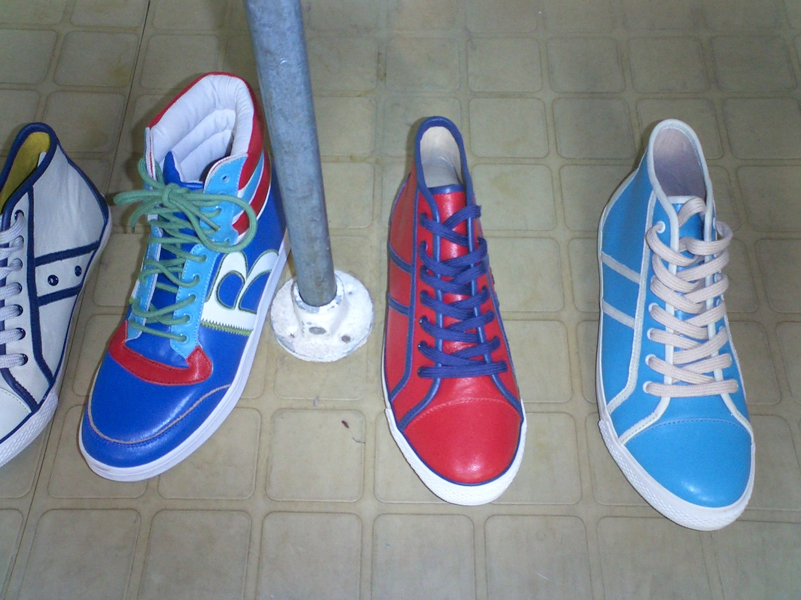 http://4.bp.blogspot.com/_dnv-mqmqpz4/R1Hf50gRrzI/AAAAAAAAAN8/ZGuov5Y_KnA/s1600-R/biba%2Btrainers.jpg
