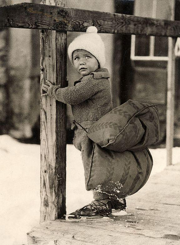 Dutch boy with a pillow strapped on his backside in order to soften the falling on ice while skating. The Netherlands, 1933. Nationaal Archief / Spaarnestad Photo