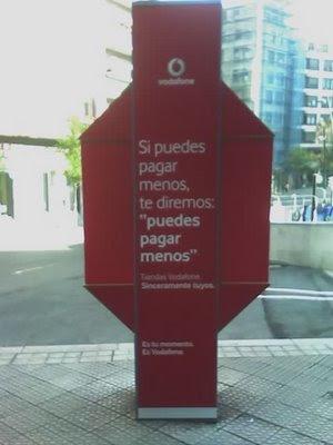 publicidad de Vodafone en cabina de Telefónica