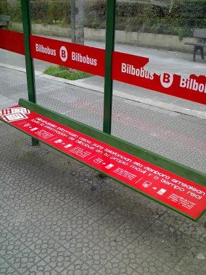 publicidad en el asiento de la parada del autobus