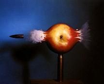 Manzana perforada por una bala