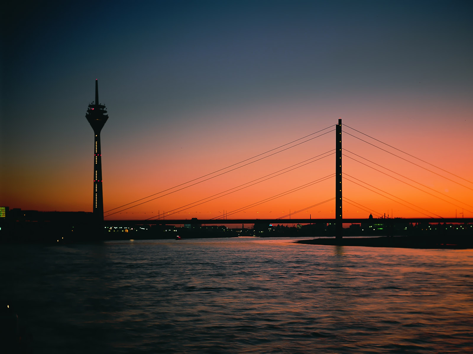 http://4.bp.blogspot.com/_dzEpMszKD6Y/TSIQExA3BeI/AAAAAAAABOc/DDd0J3aEv2o/s1600/City+Night+Scenes+Wallpapers+16.jpg