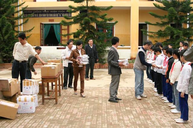 ...trao hơn 400 phần quà cho các cháu học sinh trường THCS Nguyễn Khắc Viện (Hương Sơn).