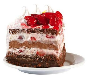 Fatia de bolo com recheio de chantilly com geleia de morango