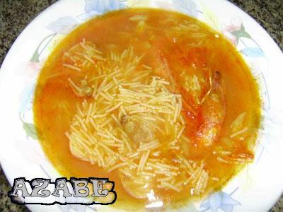 Sopa de fideos de arroz con marisco. Ingredientes: 3 gambas por persona (6)