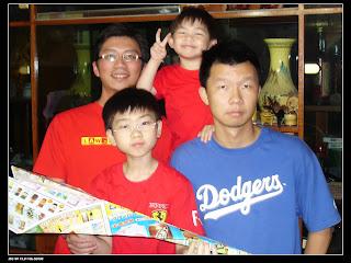我與老弟與表弟們在外婆家客廳的合照,陪表弟們玩紙飛機
