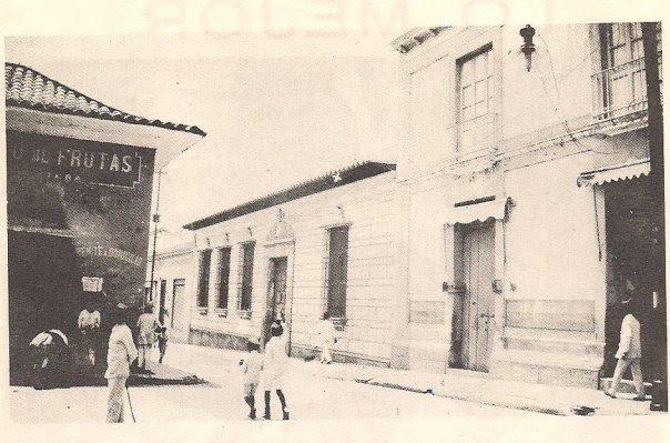 Fachada y alrededores de la Casa Natal del Libertador tal como podían verse en 1919.