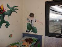 בן טניסון והחייזר סואמפ פייר (Swampfire) – ציור בחדר ילדים.