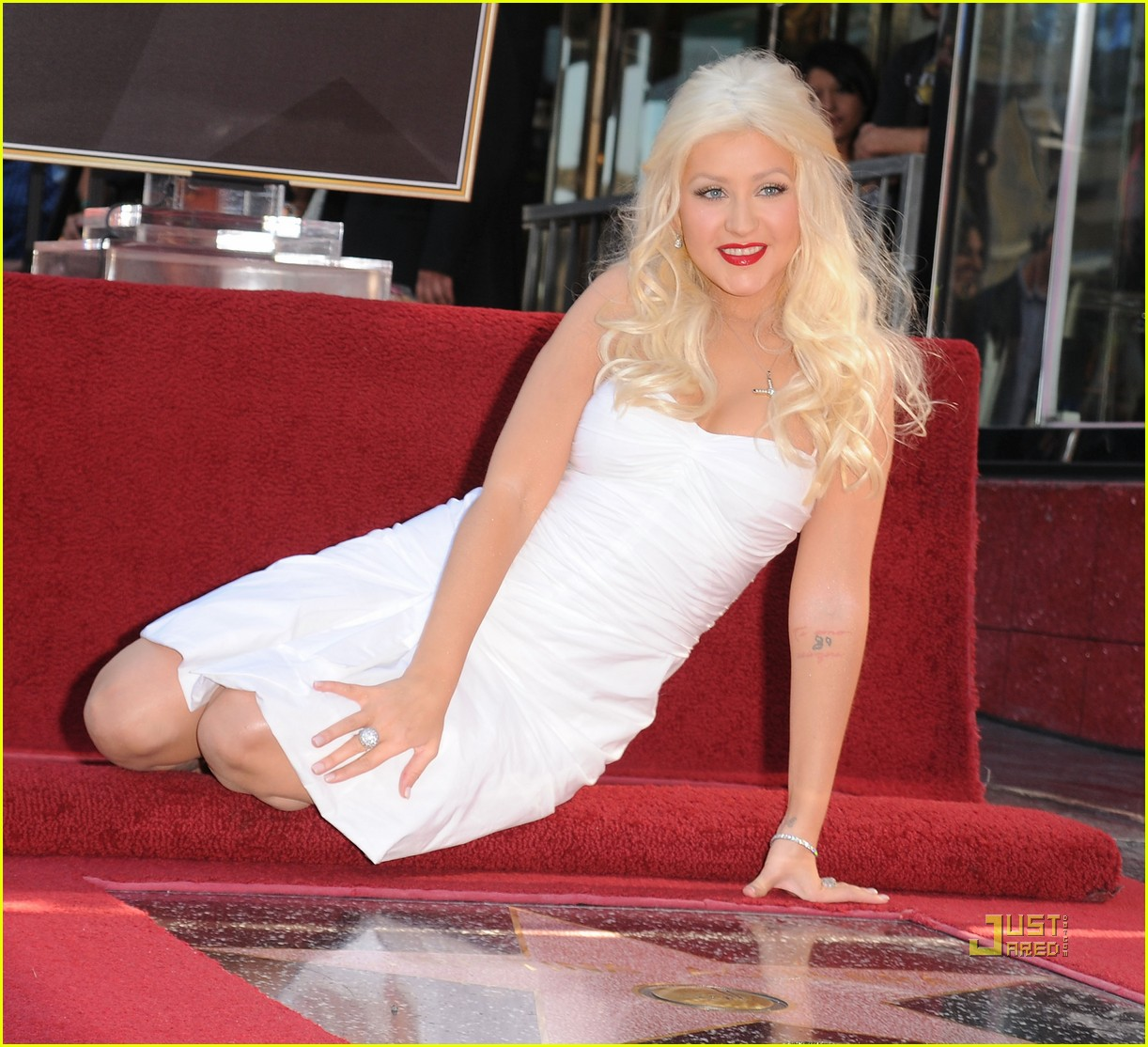 http://4.bp.blogspot.com/_eGLy2bMkiW0/TOGr807ysxI/AAAAAAAABC8/fRFOCtI3XB4/s1600/christina-aguilera-walk-of-fame-star-03.jpg