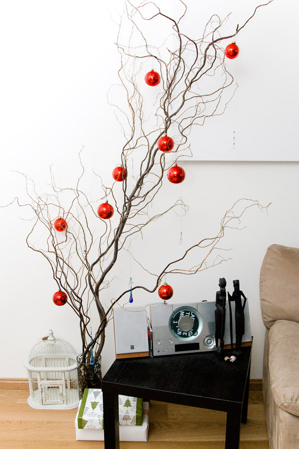 i wasnt planning on putting out any christmas decorations this year but i finally got into the spirit this weekend and put up a few baubles on my twisted - Minimalist Christmas Decorations