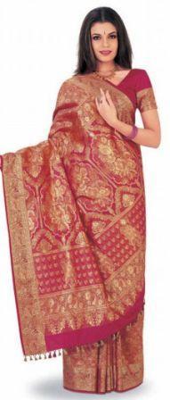 """adalah """"Sari"""" untuk kaum wanita dan """"Dhoti"""" untuk kaum"""