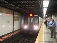 Tren R142A No. 7401 en Grand Central en 6 de agosto de 2002. Foto de Oren's Transit Page