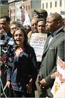 Bhairavi Desai en rueda de prensa frente a Penn Station. Foto © The New York Times
