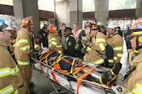 El Maquinista herido al ser evacuado de la estación de la calle Chambers. Cortesía de amNY