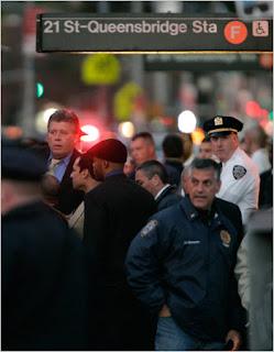 Policías en el exterior de la estación de Queensbridge, tras el tiroteo. © David Goldman for The New York Times