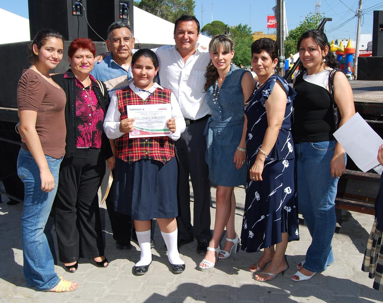 http://4.bp.blogspot.com/_eWWV92kbjeY/S93-JNHEOeI/AAAAAAAAHGU/35V4k-5IlZ4/s1600/LA+FAMILIA+DE+LA+ALCALDESA+POR+UN+DIA+CON+EL+PRESIDENTE+MUNICIPAL+Y+SU+ESPOSA..JPG