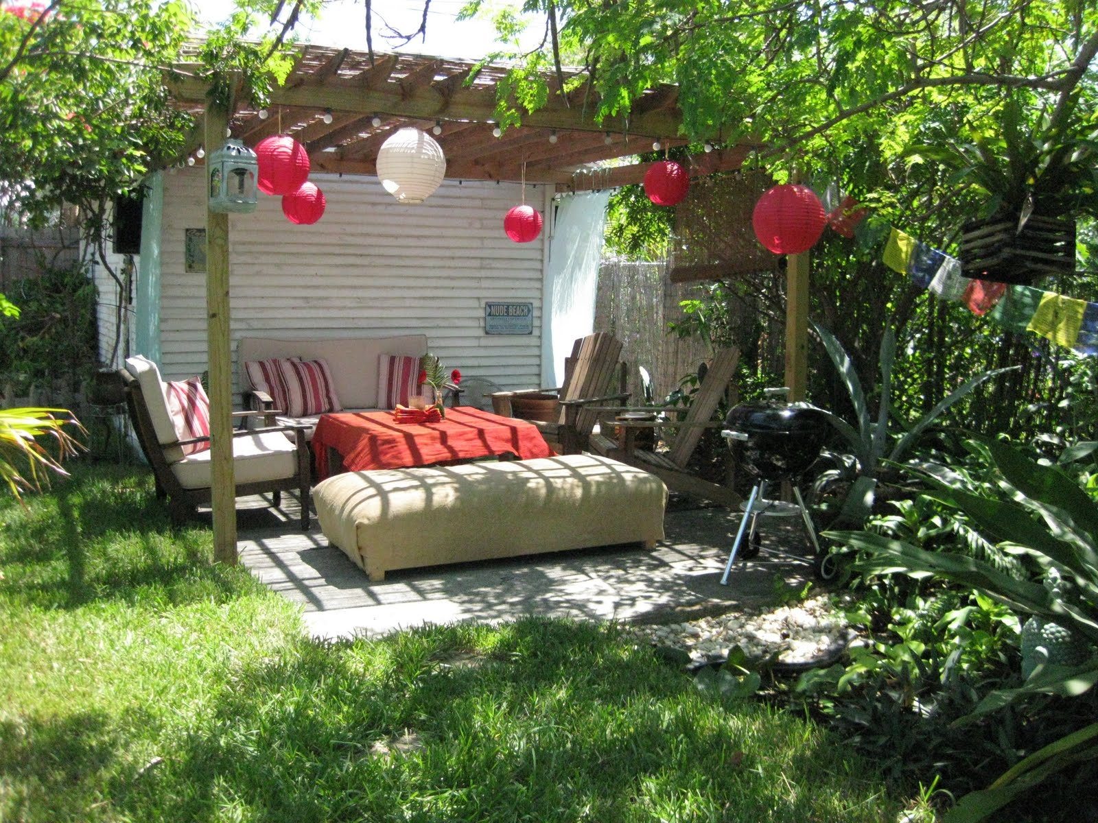 Dinner party a backyard barbeque for Backyard bbq decoration ideas